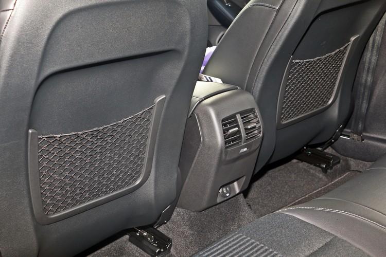 後排專屬空調出風口及USB雙規格充電孔,當然也是跨界車必要的配備。