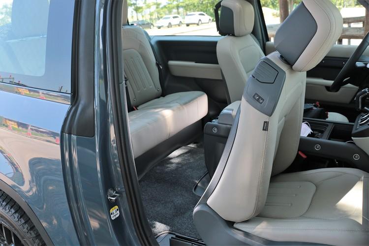 唯一要吐槽的是90後座上下車相當不便,尤其是試駕車選了頂級奢華內裝套件。