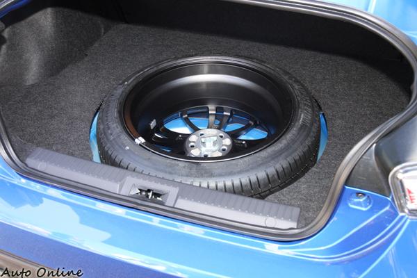 這備胎擺設的方式蠻有趣的,就這樣突出在BRZ的後行李廂。