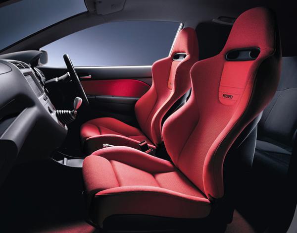 Civic TypeR原廠配備名廠RECARO出品的賽車椅與鈦合金排檔桿頭。