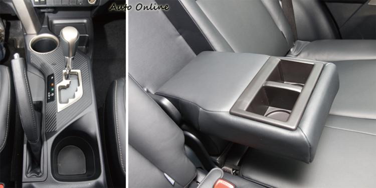 RAV4的前座杯座被排檔座和手煞車佔用過多空間,後座扶手放咖啡時沒有辦法用來休息。