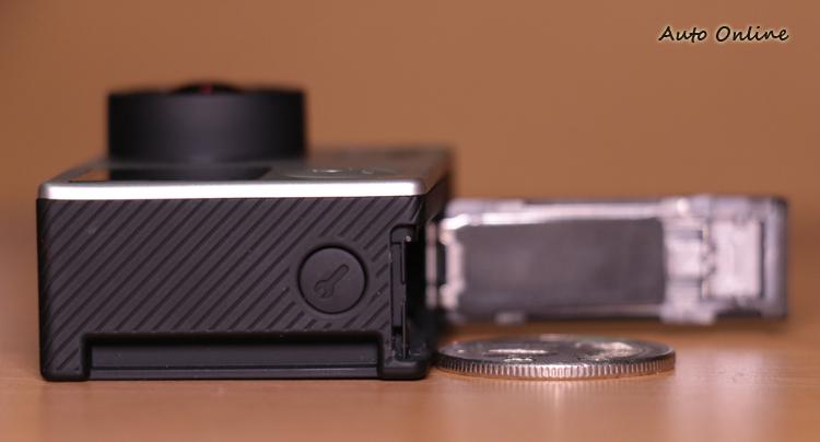 搭載於HERO 4 Silver上的觸控螢幕,厚度與一個十元硬幣相近。
