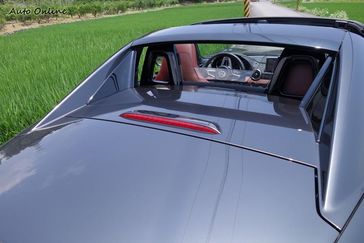 開蓬後的後窗玻璃會跟著車頂被收到下方,因此需要迴風板避免一頭亂髮。