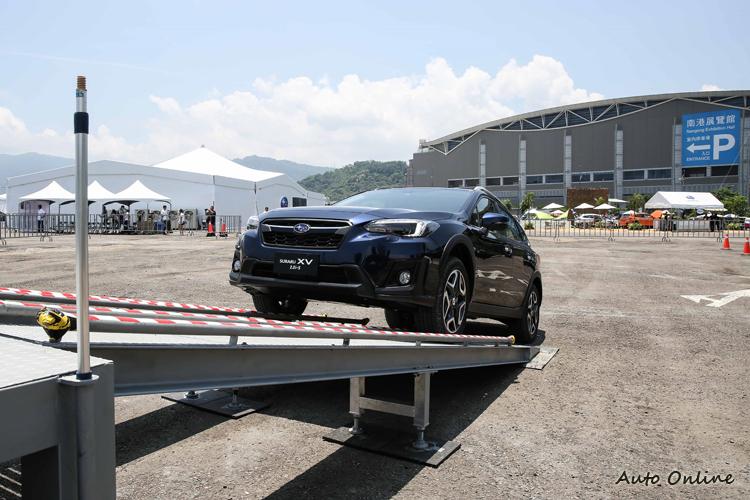 按下X-Mode按鍵,電腦整合控制引擎動力輸出、對稱式全時四輪驅動系統的扭力分配、煞車系統與其它功能。
