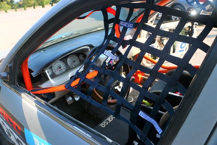 為了安全,車輛的一些安全配備是必備的,像是有FIA認證的安全窗網。