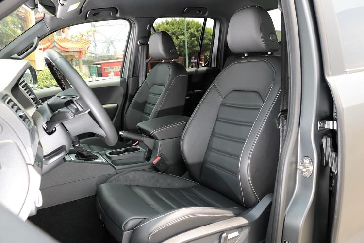 雙前座椅包覆性足夠,不管是一般激烈操駕或者越野路段都能緊緊抓住乘坐者身軀。