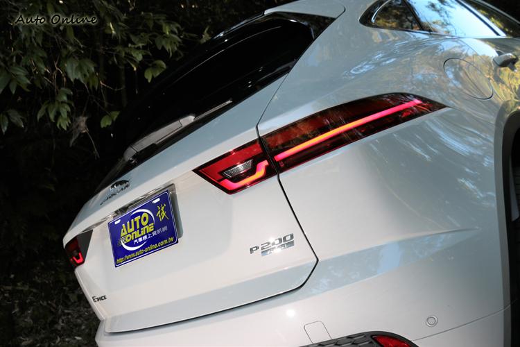 車尾的銘牌可快速分辨P250與P200車型。