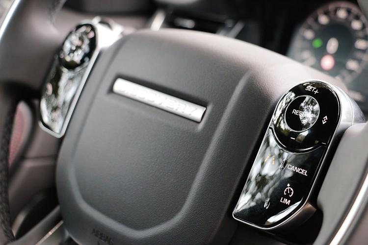 方向盤左右兩邊的按鍵有別於傳統機械按鍵機構。