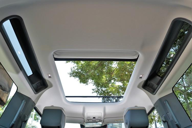 後座左右觀景窗是Defender經典元素,試駕車選配折疊式帆度車頂,帥氣度增加卻影響隔音。
