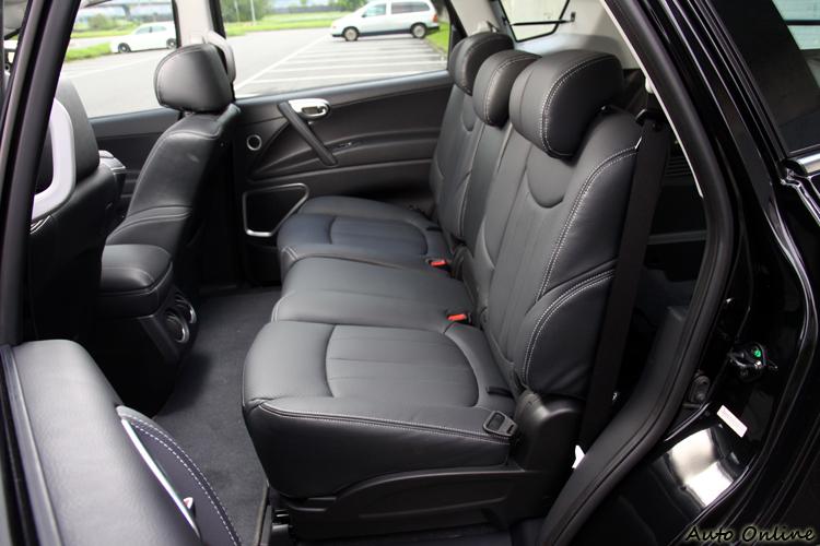 後座座椅前後有一定的滑移空間,椅背因為法規關係無法做角度調整。