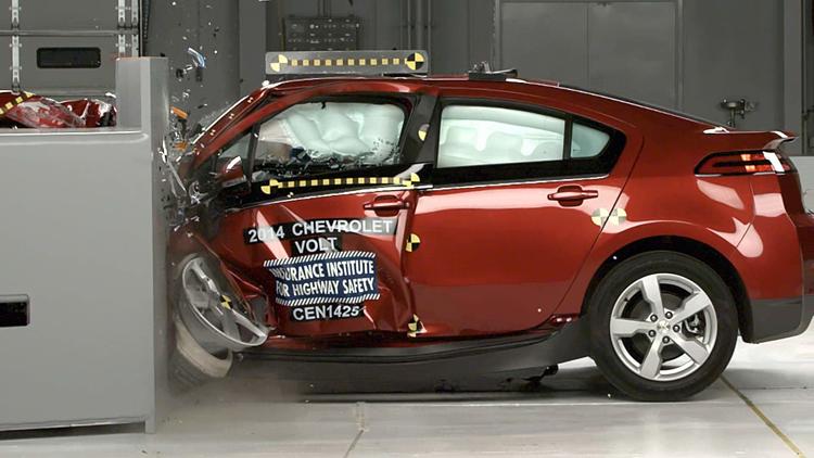 車輛受到撞擊後,電池組的抗衝撞與高壓斷路設計都是關鍵,否則電池容易短路放電釋放高熱而起火。