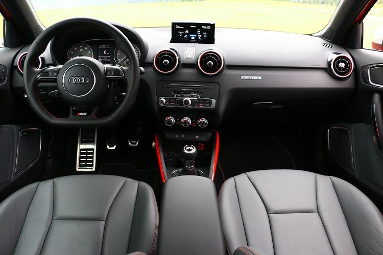 整體介面還是維持Audi質感,利用視覺顏色增添S1車內性能氛圍。