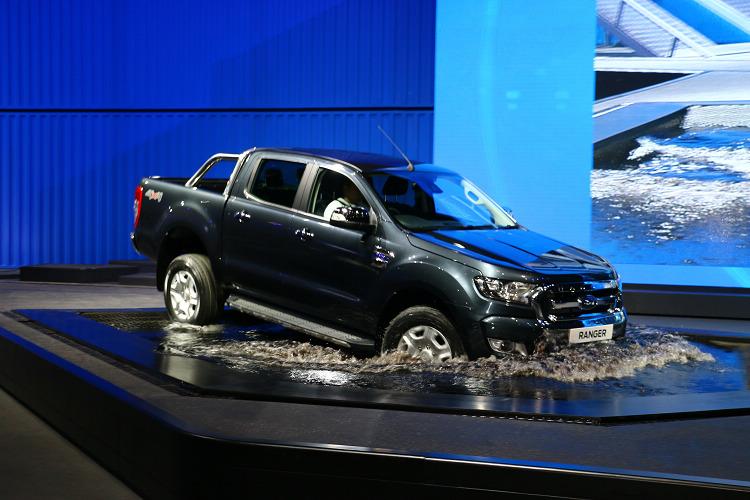 為了展現陡坡緩降及涉水深度可達80公分的能力,福特特在車展現場打造一座人工陡坡和水池。