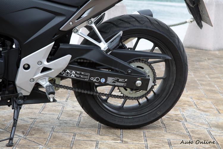 後輪規格為160/60ZR17,傳統的鏈條配置,懸臂上有前後胎壓與鏈條鬆緊度的規範,請仔細閱讀使用手冊。