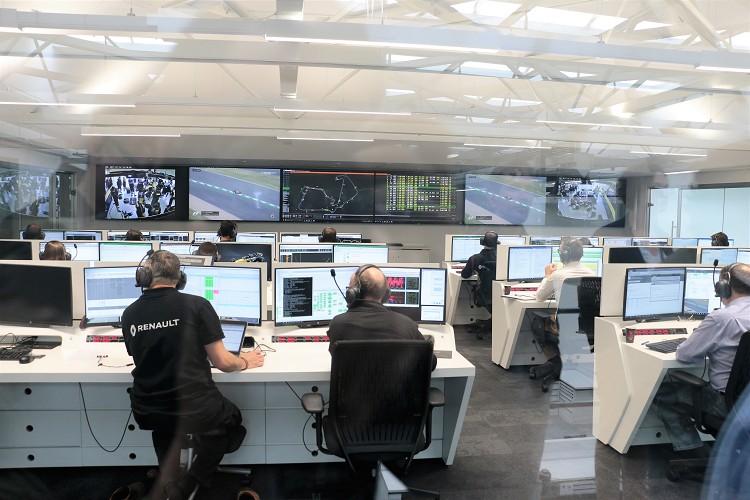 F1練習賽時,總部內有一個房間與現場連線,從畫面到車輛資訊全部回傳至這裡,有問題馬上尋求解決方案。