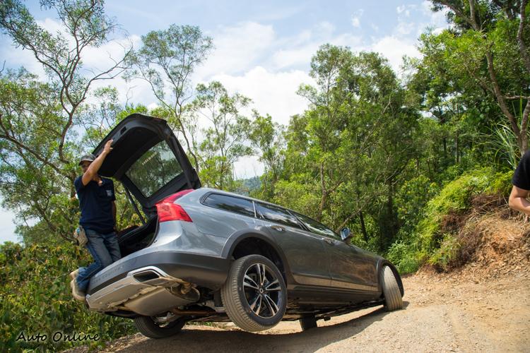 在舉右後輪之下,尾門仍能正常開啟,車身無變形。
