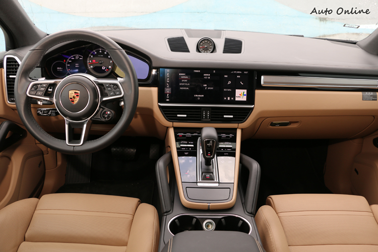 試乘車幾乎把能選的全裝上去,豪華程度令人嘆為觀止。