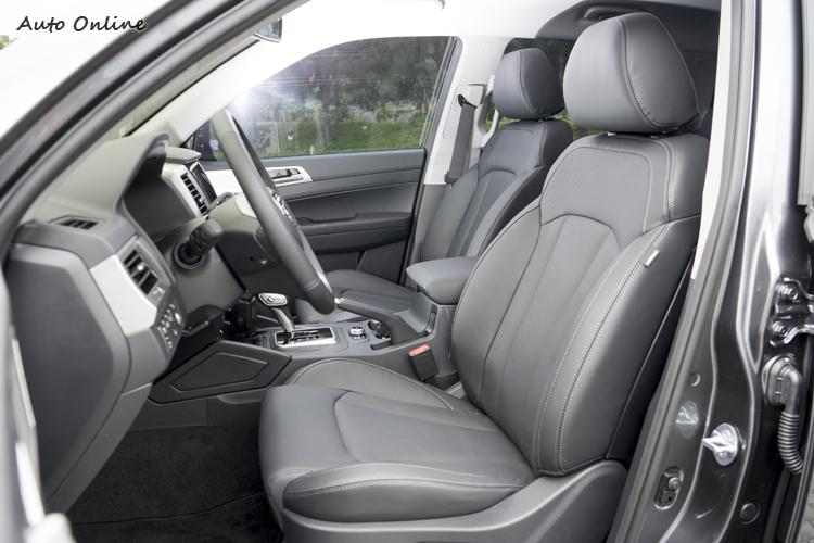 駕駛座皮椅具八向電動調整(與四向腰靠調整)。