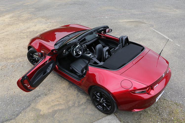 在崇尚操控的真正玩家眼中,MX-5 AT只是用來搖擺過街的fun car,MT才是值得收藏的dream car。