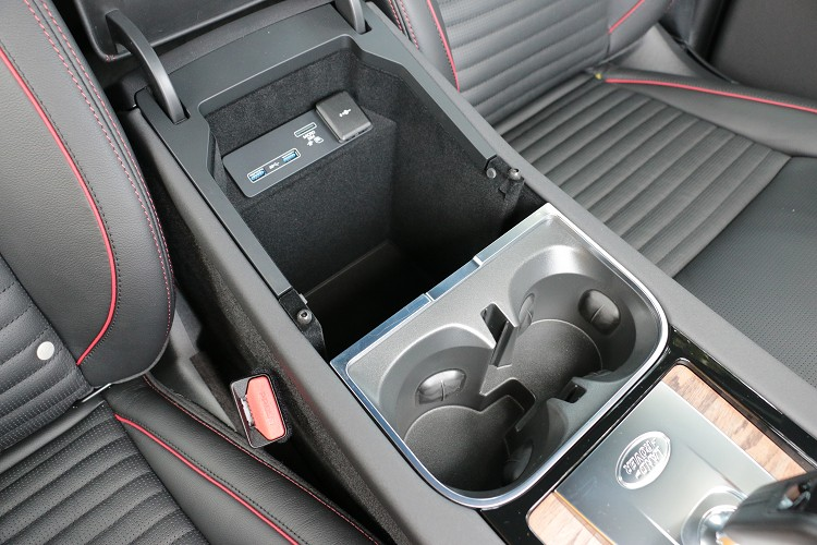 中央扶手內的置物空間超大,上方的置杯架為活動式。