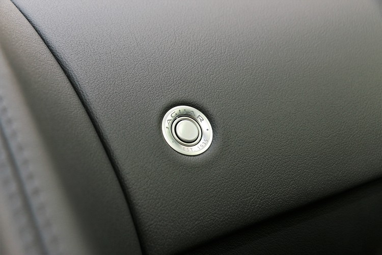 手套箱按鈕相當精緻,上面刻有Jaguar品牌字樣。
