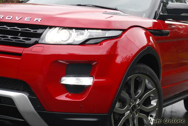 由LED環繞的遠近雙功能HID頭燈祖,其內建日行燈導光條,刻劃出象徵家族特徵的照明弧線,讓RANGE ROVER EVOQUE車首具備侵略性十足的樣貌。