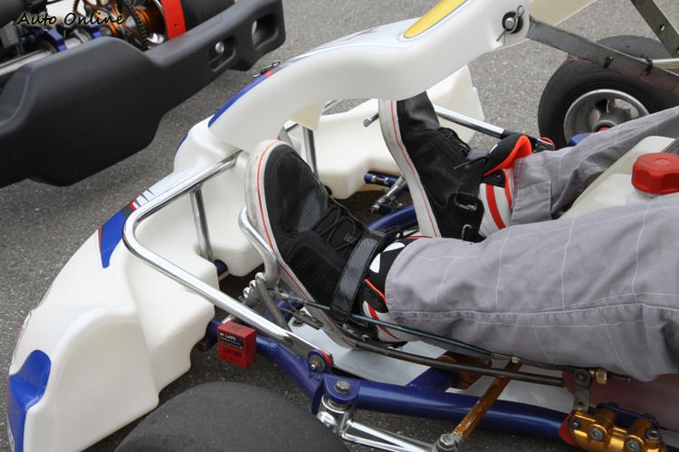 可以輕鬆把油門跟煞車踩到底,就是最佳的駕駛姿勢。