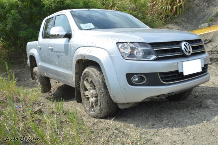 隨便一個路段,車輪就可能浮舉懸空,這絕對是2WD的SUV不該來的地方。