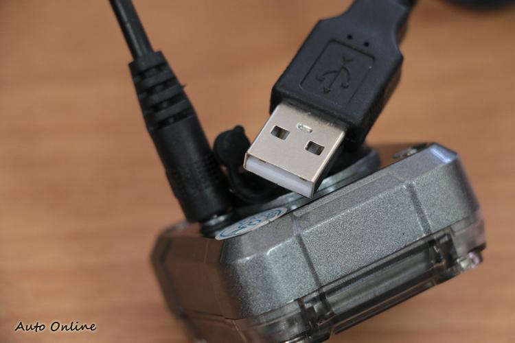 充電線採用USB接頭,充飽一次電大約可連續使用3至4週。