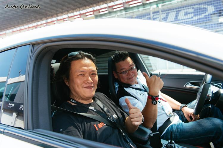兩人一組輪流開車,同組的是Go車誌的朱嘉偉,多年前的老同事,他這次贏得了Auto-X競賽的冠軍,名不虛傳。