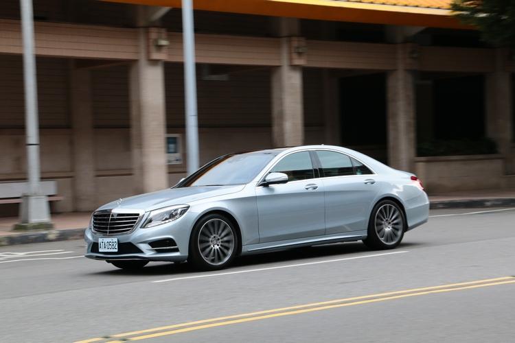 S 350 d 運動版擁有靈巧的駕車感受,精準的指向性,以及後軸跟進更敏捷等特性。