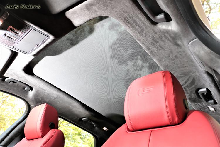 車頂包覆麂皮,座椅頭枕印有S字樣。