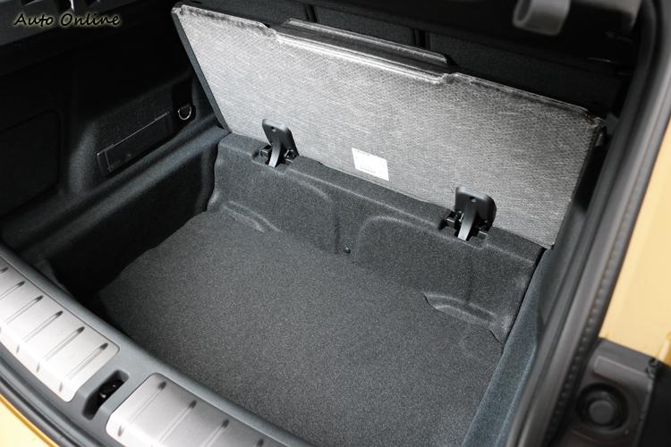 標準行李廂空間470公升是包含底板下的空間。