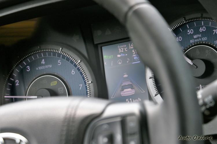 ACC主動式車距維持系統能偵測前方車速與車距,主動調整行駛速度,增加便利性及安全性。