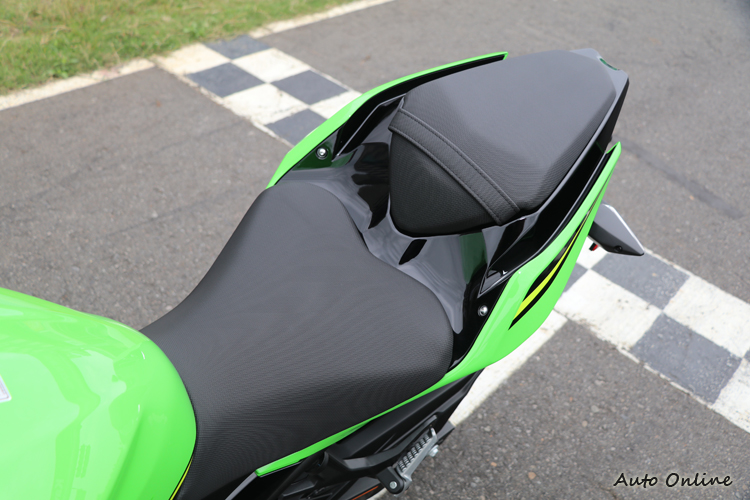 分離式的坐墊讓Ninja400更有仿賽車的味道,軟硬適中的坐墊搭配785mm的座高相當適合長途騎乘。