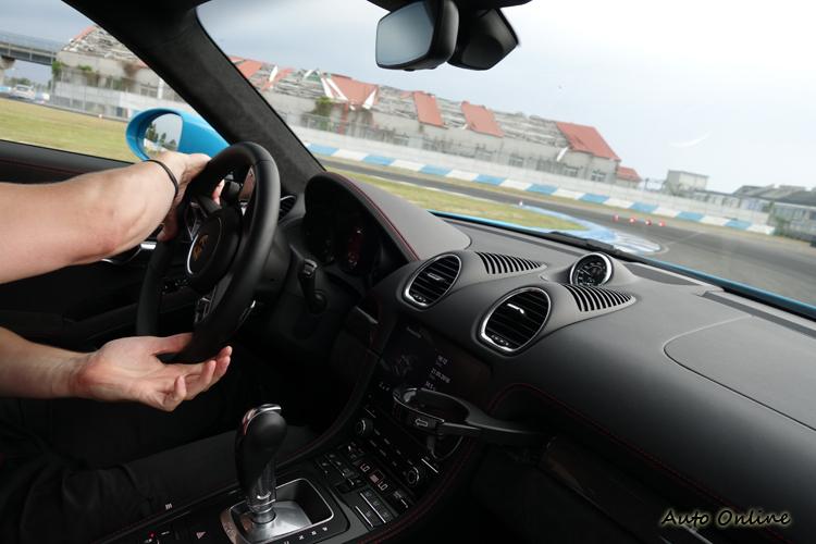 課程盡可能讓大家能夠開到每一輛車,親身感受保時捷的跑車魅力。