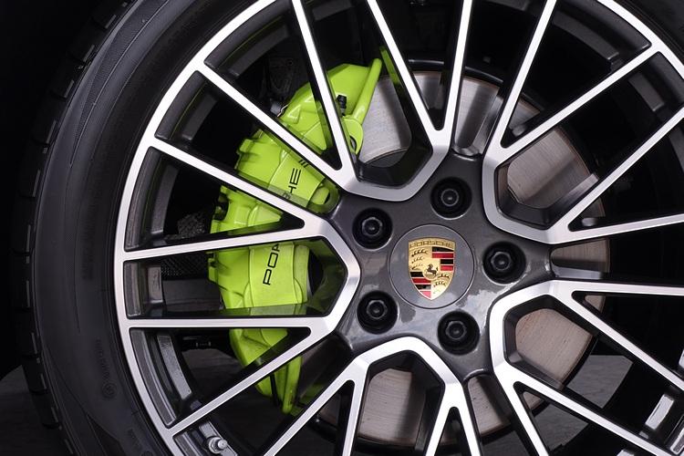 E-Hybrid 車系的煞車卡鉗都採用螢光綠色烤漆塗裝,突顯專屬風格。