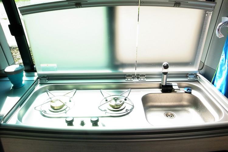 水槽與瓦斯爐的來源於車內的水箱及瓦斯桶,要做中式的熱炒就要注意油煙與清潔問題。