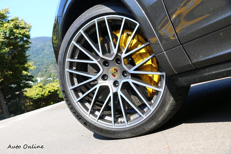 試駕車選配了陶瓷複合煞車系統以及十活塞卡鉗,但代價需37.96萬元台幣。