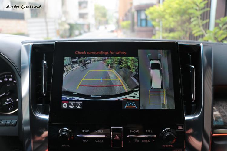 PVM環景影像輔助系統讓大車進出窄巷都能輕鬆通過。