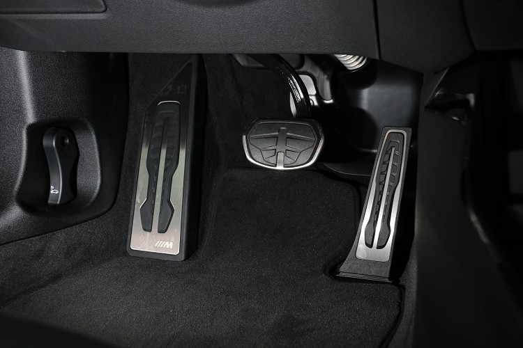 M款專屬的金屬踏板,增加車內運動感。