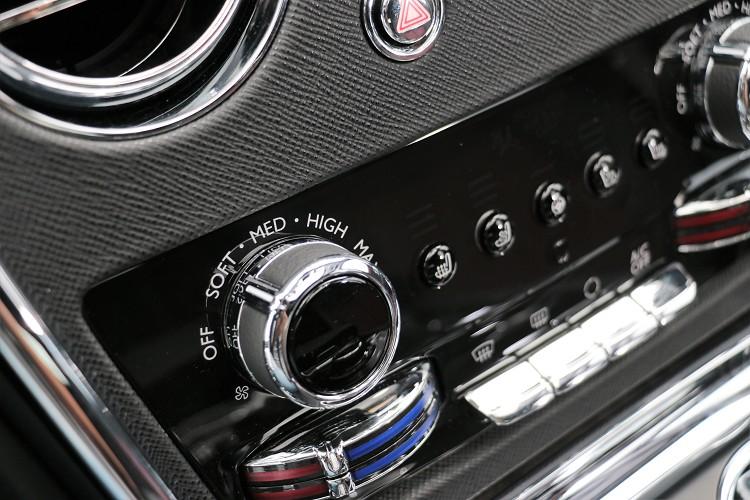 冷氣風量的旋鈕用英文來標示大小,這與大多數車款的設計概念很不同。
