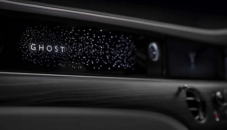 星光儀表飾板設計歷時兩年,耗時超過10,000小時。這件優雅耀目的星光儀表飾板四周由850多顆星星環繞。