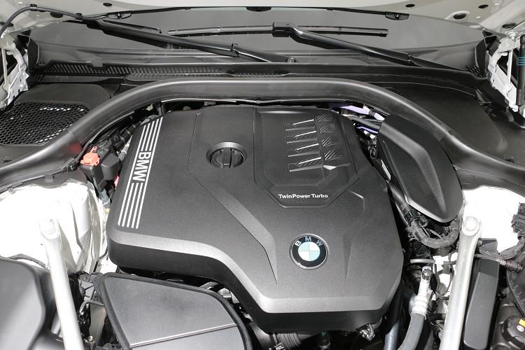 5系列小改款車型上,全面導入48V高效複合動力,內建啟動發電機與第二具電池輔助,將能量再生利用方式極大化。
