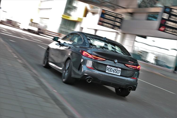 讓這輛四門跑車可以在7.1秒達到100公里/小時加速,最高極速則設定在238公里/小時。