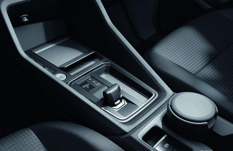 電子線傳式排檔系統造型小巧,也因此增加更多可用車室空間。