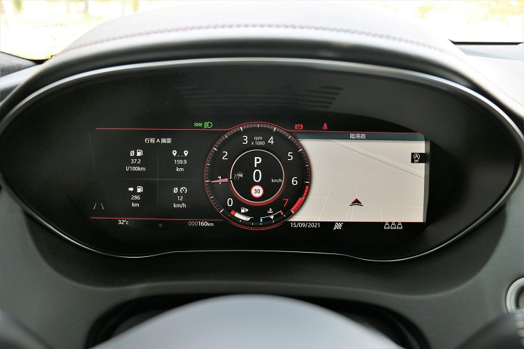 Jaguar品牌的液晶儀表板變化模式相當多元,可依照駕駛者的需求自行設定。