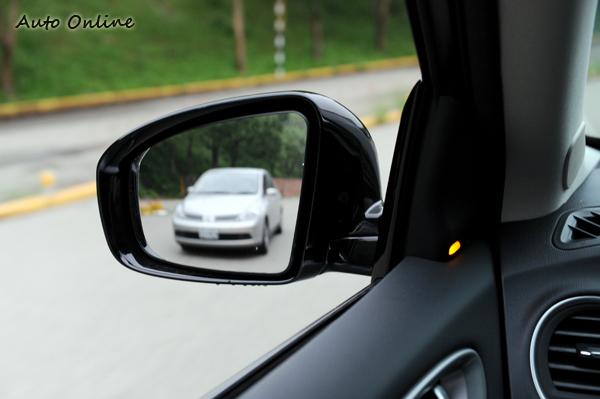 盲點預防碰撞系統會以燈號和警示聲提醒駕駛,避免可能的危險。