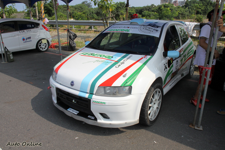 這輛Fiat WRC廠車為這次比賽的0號車,會以車手的角度檢視賽道,並且宣告比賽正式開始。