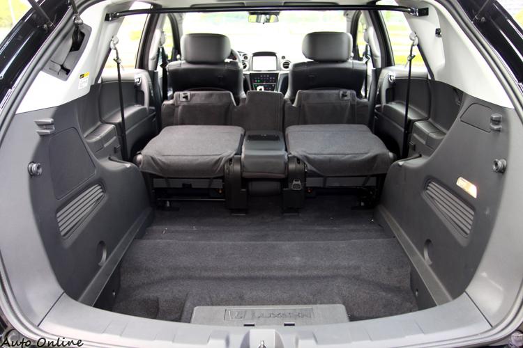 後座椅背放倒之後完全展現SUV的置物空間,領客貨牌的U7 Turbo後車廂必須加裝鐵桿。